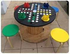 Alte Kabeltrommel wird zu Spieltisch…love this ähnliche tolle Projekte und Id… Old cable reel becomes a gaming table … you will love these similar great projects and ideas as shown in the picture in our magazine. Diy For Kids, Crafts For Kids, Cable Spool Tables, Cable Drum, Diy Coffee Table, Coffee Coffee, Coffee Table Games, Backyard Games, Giant Outdoor Games