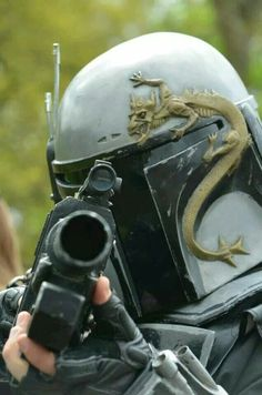 Mandalorian helmet with dragon - this not only looks pretty cool, but might also be some sort of starting point of an even more detailed version Mandalorian Cosplay, Star Wars Bounty Hunter, Clone Trooper, Boba Fett, Star Wars Art, Clone Wars, Fantasy Characters, Sci Fi, Stars