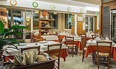 Un gustoso menu gourmet a base di pesce con bottiglia di vino a scelta, in un locale a soli due passi dal mare