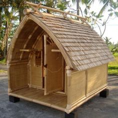 30 Bamboo houses for a totally relaxed style Bambushaus Bamboo House Bali, Bamboo House Design, Bamboo Garden, Bamboo Art, Bamboo Crafts, Bamboo Building, Hut House, Forest Cottage, Bamboo Construction