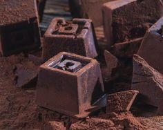 Esti curioasa sa stii care e cu cea mai buna ciocolata? Nu o mai cauta pe rafturile supermarketurilor, nu o vei gasi acolo! O poti face chiar tu!