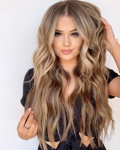 Today we are going to share the Most Amazing & Perfect Hairstyle ideas of Balayage Hair. All the gorgeous and stylish girls can wear this look any time in the year of 2019 and get the inspirati… Beauté Blonde, Blonde Hair Looks, Brown Blonde Hair, Light Brown Hair, Light Brunette Hair, Light Hair, Hair Color Balayage, Ombre Hair, Balayage Hairstyle