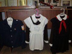 """Как проходила жизнь каждого советского школьника """"К коричневому платью полагалось носить черный фартук и коричневые (черные) бантики — то еще цветовое сочетание! В праздничный школьный комплект одежды входили белые фартук, колготки и бантики."""""""