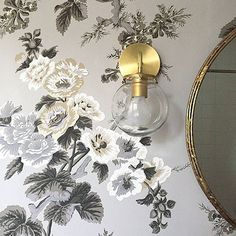 Pyne Hollyhock isn't just for traditionalists. We love it paired with a contemporary sconce in this powder room by @decorhappy. #schustagram #pynehollyhock #schumacher #wallpaper #powderroom #interiordesign #homedecor