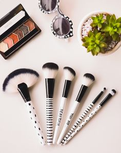 Quality affordable makeup brushes can be hard to come by. Therefore, we have put together the best cheap makeup brushes and brush sets you need! Best Cheap Makeup, Best Makeup Products, Beauty Makeup Tips, Makeup Tools, Makeup Geek, Best Airbrush Makeup, Makeup Utensils, Affordable Makeup Brushes, Make Up Designs