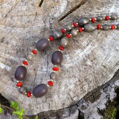 Collier ethnique chic en graines l'église et perles en bois grises : Collier par mikiwalker