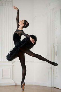 Gorgeous black costume, and pointe shoes. ✯ Ballet beautie, sur les pointes ! ✯