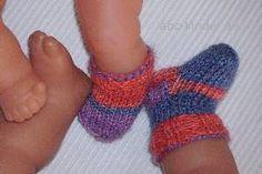 """ Wenn die besorgte Puppenmama diesen… ""Mom, my doll also needs socks!"" When the worried doll mum expresses this wish, [. Baby Knitting Patterns, Doll Patterns, Dress Patterns, Baby Born Kleidung, Everything Is Blue, Purl Bee, Baby Blog, Baby Socks, Knitting Socks"