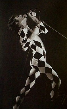Freddie Mercury - myth harlequin costume Love Band, Great Bands, Beatles, Rock Bands, Show Must Go On, Cool Album Covers, We Will Rock You, Somebody To Love, Queen Freddie Mercury