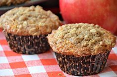Fresh #Apple #Muffins with Crumb #Topping - These Apple Muffins with a crumb topping are not only delicious but will make your house smell amazing. Fresh apples, allspice, and cinnamon in these muffins are perfect for fall. #breakfast