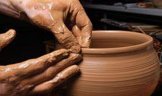 La ceramica è una lavorazione che affonda le sue radici nella notte dei tempi. Qui la storia della Maiolica, antica tecnica decorativa tra le eccellenze della Mostra Internazionale dell'Artigianato.