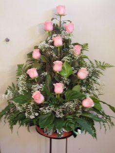 Centro de Rosas Funeral Floral Arrangements, Church Flower Arrangements, Rose Arrangements, Altar Flowers, Church Flowers, Funeral Flowers, Altar Decorations, Flower Decorations, Contemporary Flower Arrangements