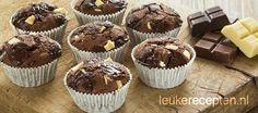 triple chocolade muffins: 250 gr bloem -  3 eieren -  100 gr suiker -  1 theel bakpoeder -  1 theel vanillearoma -  75 gr gesmolten boter -  15 gr cacoaoeder -  125 ml slagroom -  50 gr witte chocolade -  50 gr melk chocolade -  75 gr pure chocolade