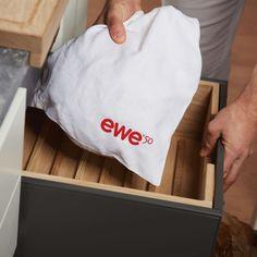 Eine Brotbox aus unbehandeltem Eichenholz sowie ein Leinenbeutel sind optimale Aufbewahrungsorte für Brot und Gebäck. Küchen Design, Paper Shopping Bag, Home Decor, Contemporary Kitchens, Decoration Home, Room Decor, Interior Decorating
