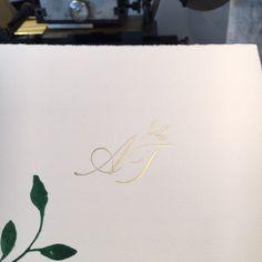 """CARTE ROYALE on Instagram: """"Die Farben der Saison: sattes Grün, mattes Gold und Cremeweiss. Ein perfektes Trio. #hochzeitseinladung #monogram #weddinginvite…"""" Instagram, Children Drawing, Doodle, Card Wedding, Invitations, Colors, Ideas"""