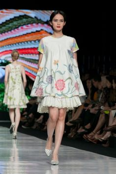 Jakarta Fashion Week 2014 – Edward Hutabarat – The Actual Style Batik Fashion, Ethnic Fashion, Boho Fashion, Fashion Outfits, Fashion Design, Batik Kebaya, Batik Dress, Batik Blazer, Mode Batik