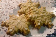 Let it snow, let it snow, let it snow! Lemon and vanilla snowflake shortbread with vanilla icing and shimmer stars to decorate - comes in packs of 4...xxx