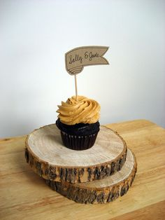 Loving the printable place cards/cupcake toppers over at Wedzu.