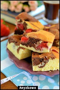 Anyżkowo: Ciasto dwukolorowe z truskawkami