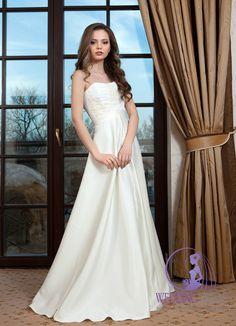 A-line wedding dress with straight neckline. More bridal dresses at http://www.e-weddingideas.com/2016/04/18/the-sixth-part-470-amazing-wedding-dresses-youve-never-seen/ #wedding #bridal #weddingdress #brides #ideas #dresses