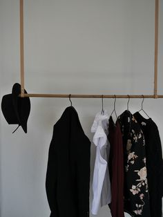 DIY for home: hängende Garderobe mit Lederriemen / hanging clothing rack with leather straps