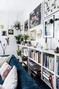 """Maximalismus ist ein wunderbares erfrischendes """"Statement"""", eine neue Wohndesign-Stilrichtung, die Ausdruck und Kreativität erfordert. Sehen Sie hier was Sie mit diesem Stil machen können. // gallery wall styling behind sofa, above low bookshelves"""