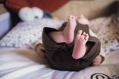 #photographie #photography #famille #family #naissance #bebe #baby #home #lifestyle #france Ballet Dance, Dance Shoes, Slippers, Bebe Baby, Sports, France, Lifestyle, Fashion, Birth