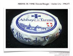 Le fromage de l'Abbaye de Tamié est fabriqué par les moines trappistes depuis 1132. L'Abbaye Notre-Dame de Tamié est située dans le massif des Bauges en Savoie. Le fromage a une pâte pressée non cuite à base de lait de vache cru et entier, ce qui lui donne une consistance plutôt molle. On le reconnaît facilement à la couleur à sa croûte orangée recouverte d'un fin duvet blanc. Pour son affinage, il va passer 4 semaines dans les caves humides de l'abbaye. Molle, Fromage Cheese, How To Make Cheese, Queso, Recipe, White Down Comforter