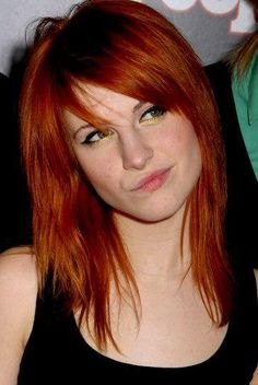 Hayley Williams (Paramore) I have close to this color, the cut would be cute too. I want her hair Paramore Hayley Williams, Hayley Paramore, Hayley Williams Haircut, Haley Williams Hair, Pastel Outfit, Hayley Wiliams, Scarlett, Hair Color Dark, Grunge Hair