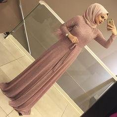 4,563 mentions J'aime, 144 commentaires – ALEMDAĞ CADDESİ NO:72 ÜMRANİYE (@meri.store) sur Instagram : « BEKLEYENLER İÇİN TEKRAR TEKRAR STOKLARDAAAAA 😍😍😍😍 130₺ 36-44 » Hijab Outfit, Hijab Style Dress, Hijab Chic, Chic Dress, Abaya Style, Modern Hijab Fashion, Abaya Fashion, Muslim Fashion, Hijabi Gowns