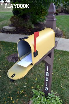 Do you have an old, boring mailbox in front of your house? Learn how to transform your blah mailbox with this easy, cheery mailbox makeover to maximize your home's curb appeal. Mailbox Makeover, Diy Mailbox, Mailbox Ideas, Mailbox Post, Garage Ideas, Yard Ideas, Outdoor Projects, Diy Projects, Outdoor Decor