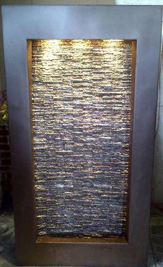 Fuente de fibra de vidrio con marco en color chocolate y simulación de piedra interior que hace un bello muro llorón.