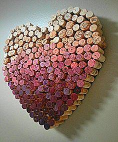 Zugegeben, bis zum Valentinstag am 14. Februar ist es noch ein bisschen hin. Aber wer diese nette Geschenkidee umsetzen will, sollte vielleicht schon jetzt mit dem Sammeln der Korken beginnen. Sind ja ein paar… Ob sich die Liebste über ein solches Herz aus Korken freuen wird, darf jedoch bezweifelt werden. Denn wenn man die dort versammelten Flaschen nicht gemeinsam geleert hat (das wäre es in der Tat eine hübsche Erinnerung), sagt ein solches Herz doch indirekt eher aus: Guck mal…