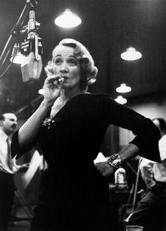 Marlene Dietrich in den Aufnahmestudios von Columbia Records, NYC, 1952 © Eve Arnold / Magnum Photos