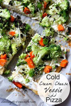 Cold Cream Cheese Veggie Pizza Recipe that everyone is sure to love! Cold Veggie Pizza, Veg Pizza, Pizza Food, Deep Dish Pizza Recipe, White Pizza Recipes, Supper Recipes, Party Recipes, Dip Recipes, Party Snacks