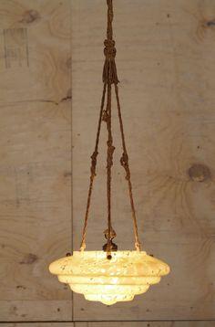 Prezioso lampadario in pasta di vetro di murano risalente agli anni 20. Il portalampada come le corde di sostegno sono originali. Molto originale e ancora attuale in molti ambienti come, ad esempio, un ingresso. Funzionante.