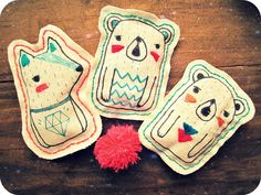 Supercute handmade brooches! Take a thin edding textile marker (4600) and/or embroidery yarns and off you go!