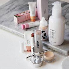 """Skin is in!  Desde que descubrí la cuenta de instagram de @glossier he estado obsesionada en con probar sus productos porque tienen una filosofía súper cool """"Skin is a MUST makeup is optional"""" y comparto la idea de que el cuidado de tu piel es primero y antes que cualquier maquillaje  Después de probarlos les puedo decir que ya se convirtieron en unos de mis productos favoritos de #Skincare pero además si son fans de el """"no makeup"""" look tienen que probar su #SkinTint y el iluminador…"""