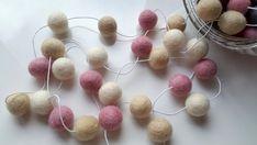 Pastel guirlande, guirlande de rose et blanche, guirlande feutre ball, décoration de nursery bébé fille, bébé douche décoration, Bruant des