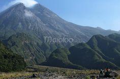 Seorang pengunjung sedang asik menikmati keindahan Gunung Merapi yang sempat menggemparkan di tahun 2010 kemarin. (Benedictus Oktaviantoro/Maioloo.com)
