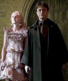 Luna Lovegood and Harry Potter. I love that dress Luna wears.it's so cute on Evanna Saga Harry Potter, Harry Potter Ships, Harry James Potter, Harry Potter Characters, Harry Potter World, Hermione Granger, Draco Malfoy, Evanna Lynch, Ravenclaw