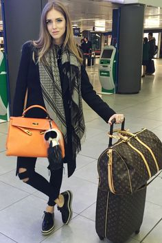 Chiara Ferragni of The Blonde Salad in black skinny jeans, a printed scarf, and oxfords enjoy my collection leave me your thoughts Airport Chic, Airport Style, Airport Look, The Blonde Salad, Travel Chic, Travel Style, Travel Fashion, Airport Travel Outfits, Airport Clothes