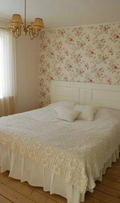 DIY ~ Sänggavel, Spegeldörr, Blommig, Tapet, Wallpaper, Kuddar, Överkast, Virkat, Sängkjol, Taklampa, Romantiskt, Vintage, Sovrum. ♡