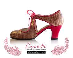 Zapato profesional de flamenco Begoña Cervera Modelo Escote en serpiente Flamenco Shoes, Dance Shoes, Vintage Style Shoes, Dance Costumes, Fashion Shoes, Peep Toe, Vintage Fashion, Footwear, Heels