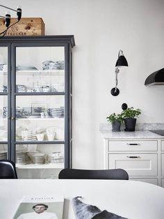 Ideas kitchen design scandinavian apartment therapy for 2019 Classic Kitchen, Stylish Kitchen, Scandinavian Apartment, Scandinavian Kitchen, Scandinavian Design, Beautiful Kitchen Designs, Beautiful Kitchens, Dark Wood Shelves, Black Appliances