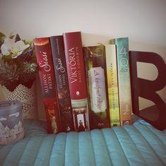 A történelmi romantikus regények nagy kedvenceim közé tartoznak. Azért szeretem őket olvasni, mert a romantikus szerelmi szál legtöbbször egy történelmi közegbe van helyezve, ami által értékesebbé és érdekesebbé válik egy ilyen jellegű regény olvasása. Ezeknek a regényeknek fő jellegzetességük a több-kevesebb történelmi adat ismertetése, de nem száraz és érthetetlen módon, hanem írói fantáziával és regényes motívumokkal megfűszerezve. Csodálatosan módon egy-egy ilyen regény el tudja… Sissi, Reading, Books, Art, Livres, Art Background, Libros, Book, Kunst