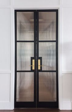 How To Choose A Glass Door Design That Suits Your Home Futuristic architectureBest use of glass doors example / Interior / Furniture / We look at the past through the lens of M . Reeded Glass, Glass Pantry Door, Glass Bathroom Door, Interior Design Minimalist, Modern Door Design, Black Doors, Black Door Hardware, Brass Hardware, Steel Doors