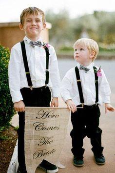 Pajens com plaquinha: 'Aí vem a noiva' #pajem #casamento #weeding