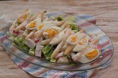 Ensalada de espárragos, huevo y surimi con salsa de yogur