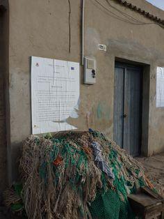 12 Nel porto puliscono le reti con una lentezza che ricorda loro che non c'è più chi li aspetta a casa. La salsedine sulla pelle e nel naso si deposita tra le lenzuola dei letti sfatti, nelle pieghe polverose.